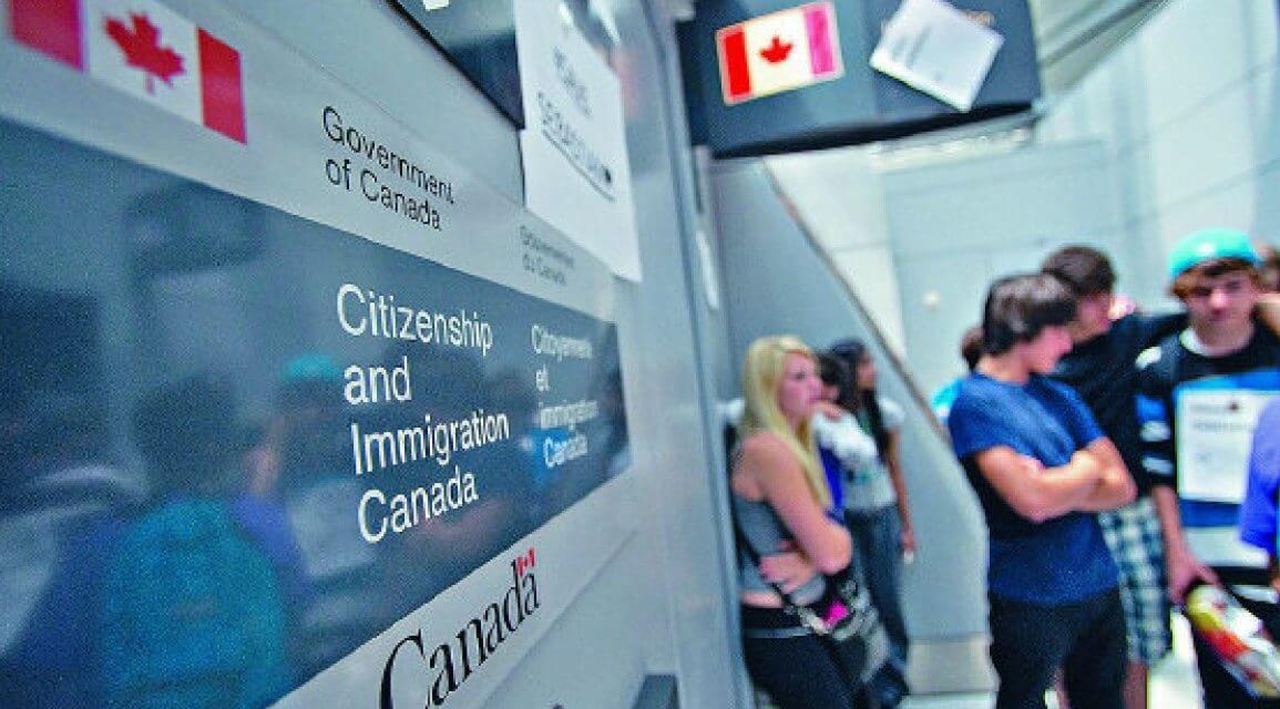 Oficiales canadienses comenten errores que terminan pagando los inmigrantes